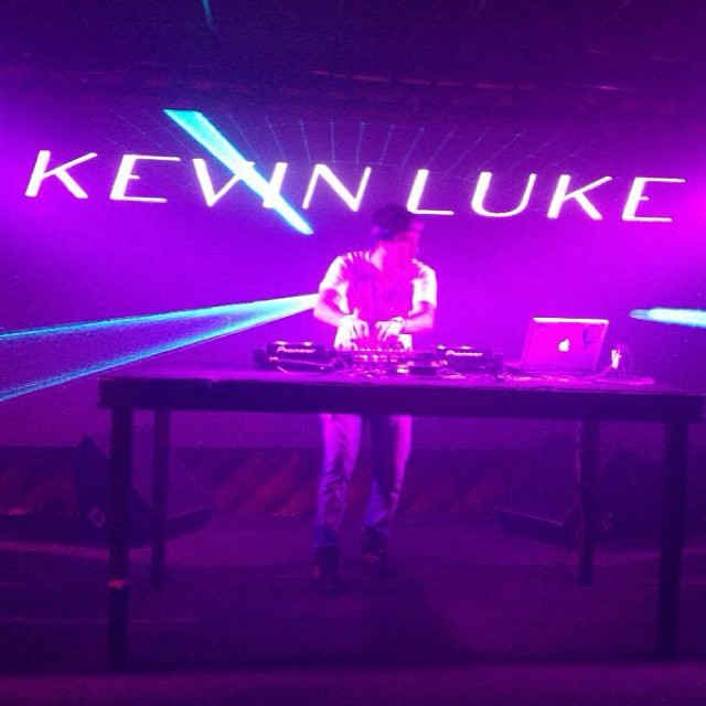 O DJ Kevin Luke comandou as pick-ups da boate Peppers Hall